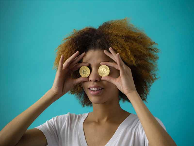 Dame med mønter for øjnene